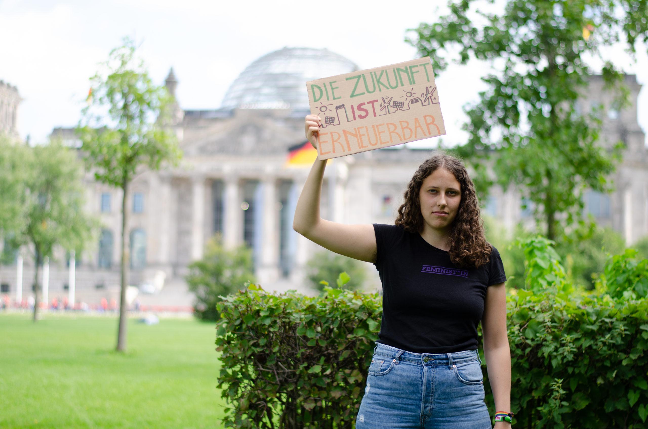 """Annka mit Schild """"Die Zukunft ist erneuerbar"""""""